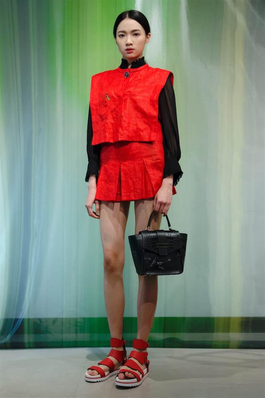 伊林女模蕭珮瑩以紅色短版方正輪廓麻質背心與俏麗短裙做同色系搭配,為過年增添年輕潮味。(夏姿提供)