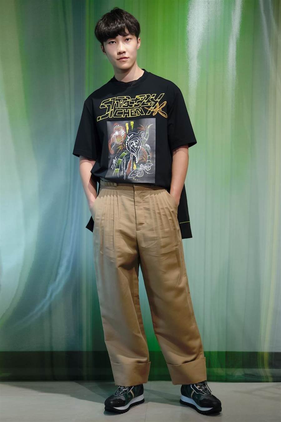 伊林男模王珈驊用印花圖騰T恤搭配大地色系打摺寬鬆修身褲,塗鴉風格和寬鬆版型,具有強烈街頭性格。(夏姿提供)