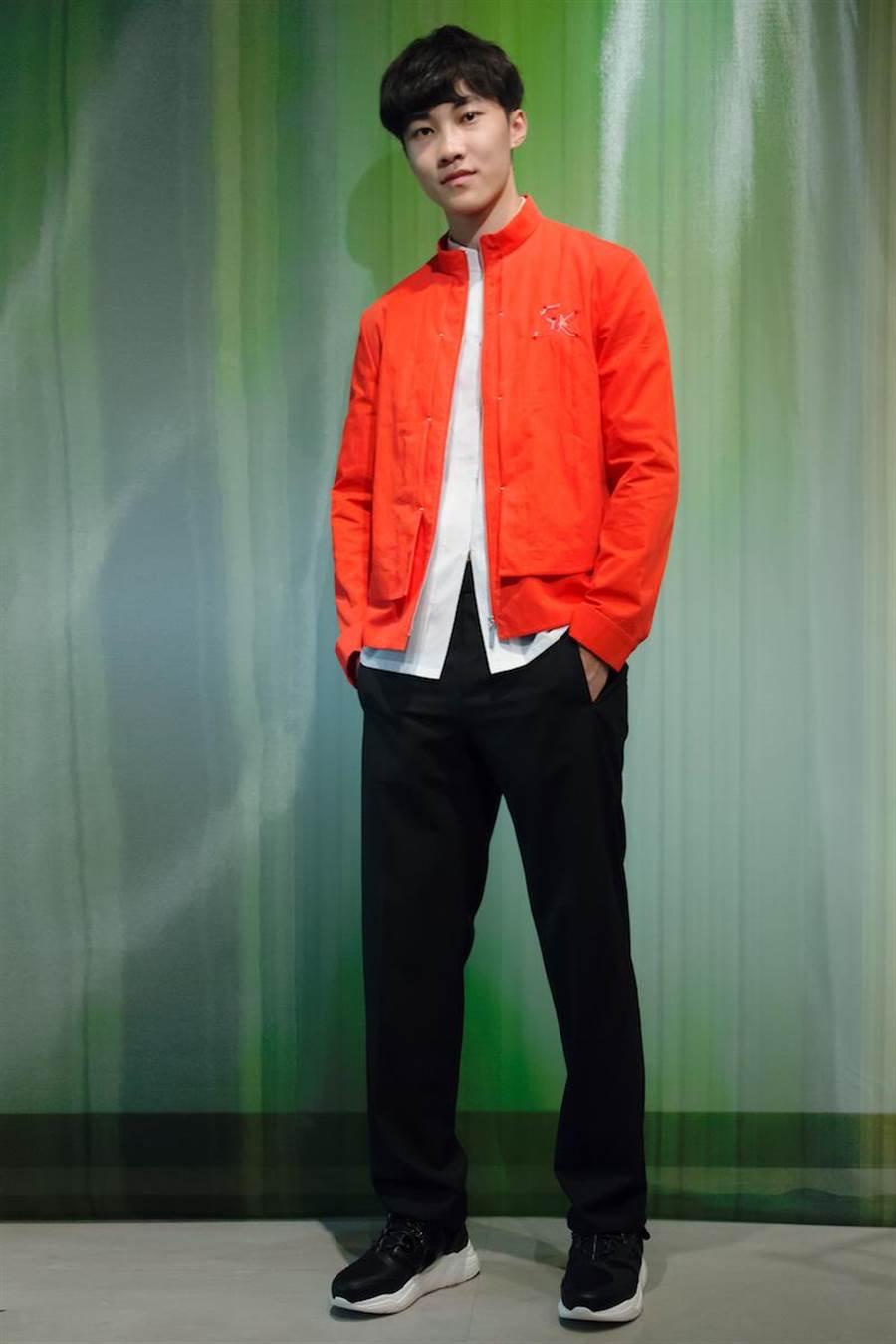伊林男模王珈驊身著橘紅色帶有金屬光澤感布料立領運動風衣夾克,搭配直筒褲型,隱約露出短袖襯衫上的本季竹子圖案刺繡,年輕活力不失優雅氣息。(夏姿提供)