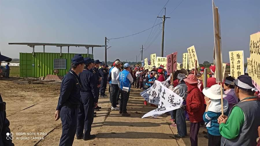 台南白河昇安里近百民眾前往當地一處養雞場工地抗議,表達拒絕養雞場進駐立場。(翻攝照片/莊曜聰台南傳真)