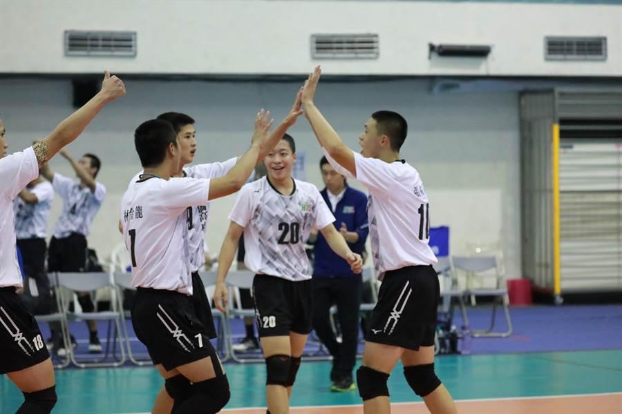 華僑高中球員得分後開心慶祝。(名衍行銷提供/陳筱琳高雄傳真)