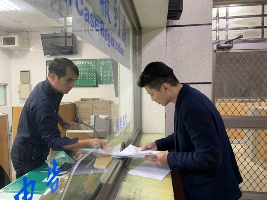 李日貴委任律師郭羿廷(右)8日晚間緊急提告毅傳媒4名記者、自由時報3名、三立電視3名、壹電視2名記者。