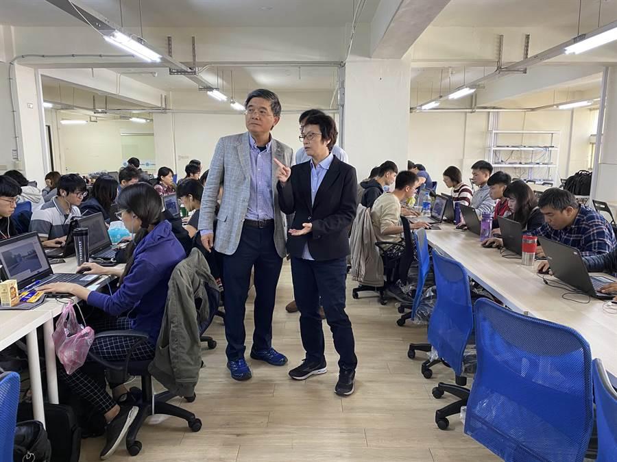 研考會主委趙卿惠(右)參觀Linker Networks台南辦公室。(台南市研考會提供/曹婷婷台南傳真)