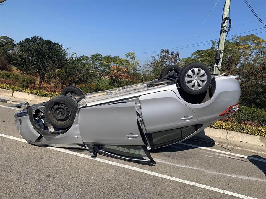 金門伯玉路小徑圓環路段今(8)日上午發生一起小客車自撞路緣石,四輪朝天翻覆的意外事故。(警方提供)