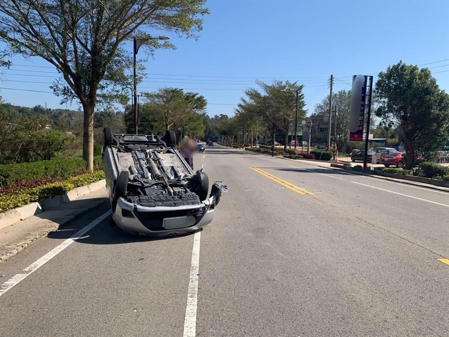 金門小徑路段發生翻車意外,2人送醫後均無大礙。(警方提供)