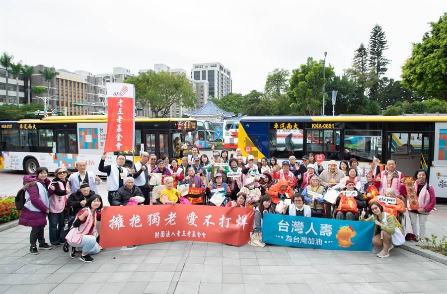 台灣人壽持續推動銀髮關懷計畫,企業志工今(8)日與財團法人老五老基金會攜手,一同陪伴經濟弱勢獨居長輩到南門市場採買年貨,提前感受過年氛圍。(台壽提供)