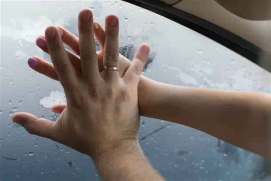 一對情侶在太魯閣路邊車震,不料突然一塊巨石從天而降直接砸在他們車上,導致兩人當受傷。(示意圖/shutterstock)