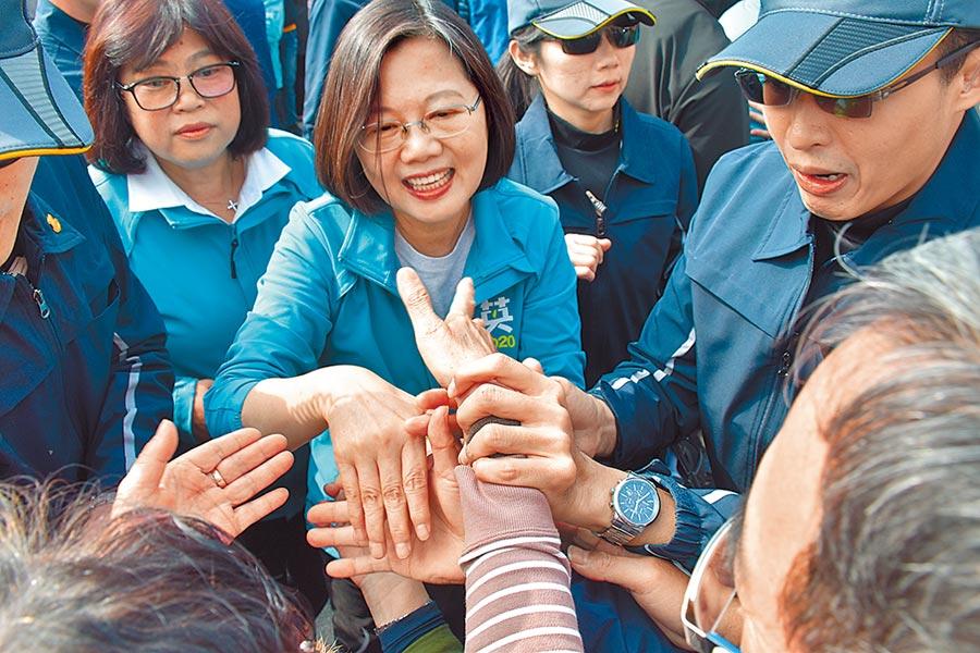 民進黨總統候選人蔡英文(中)7日到嘉義市與黨籍立委候選人王美惠(左)掃街拜票,受到支持群眾熱烈歡迎。(呂妍庭攝)