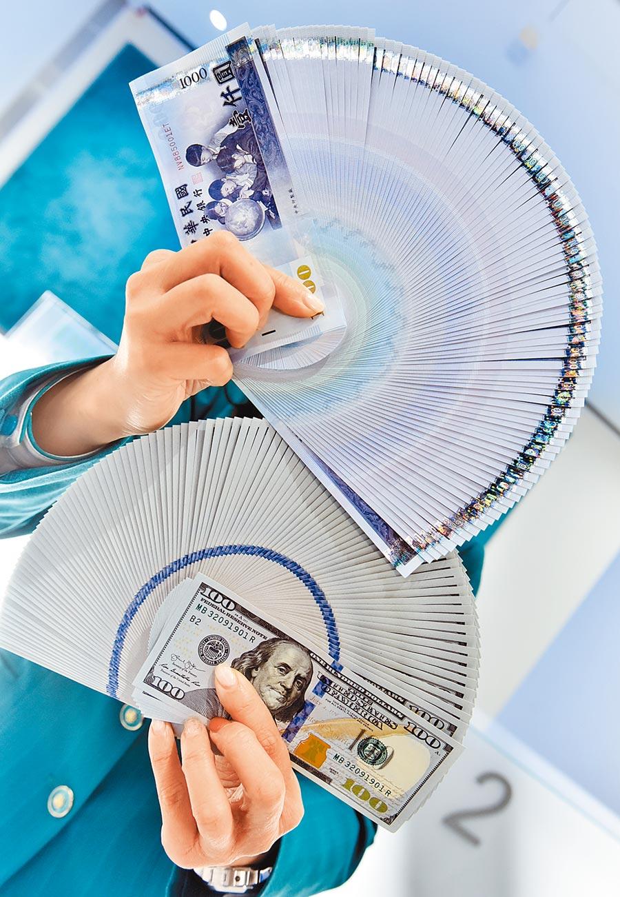 美元強弱與否就像「風向球」,可作為調整投資配置的參考。(本報資料照片)