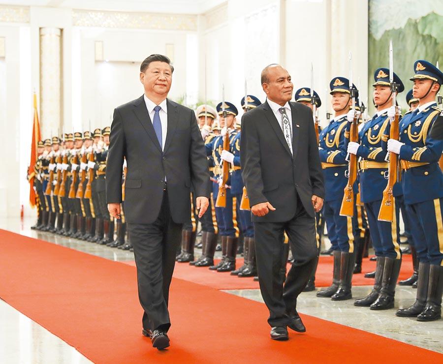 大陸國家主席習近平6日在北京人民大會堂,為去年與我斷交的吉里巴斯總統馬茂舉行歡迎儀式。(新華社)