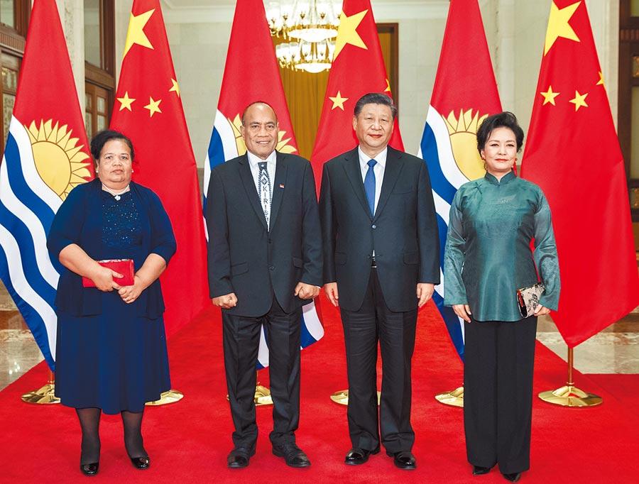 1月6日,國家主席習近平在北京人民大會堂同基里巴斯總統馬茂會談。這是會談前,習近平和夫人彭麗媛同馬茂總統夫婦合影。(新華社)