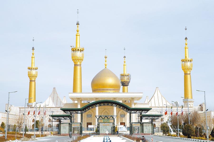 美國總統川普警告說,已經鎖定52個「對伊朗和伊斯蘭文化十分重要的」設施。圖中可見1979年伊朗革命的政治和精神領袖何梅尼的聖陵,可能被美國列為軍事攻擊目標。(美聯社)