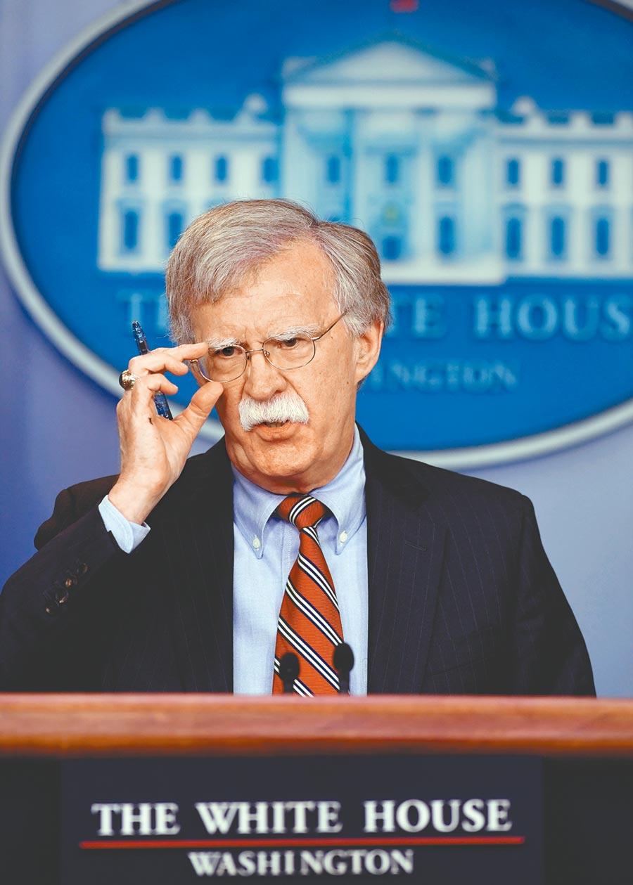 川普頭大!被川普請出白宮的前國家安全顧問波頓表示,他願意到參議院為彈劾總統川普舉行的聽證會作證。(新華社)