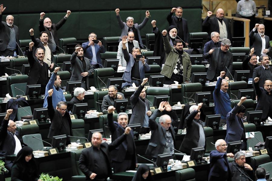 伊朗國會7日批准了名為「嚴厲復仇」的議案,圖為伊朗國會。(美聯社)