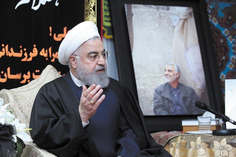 7日伊朗舉國為其舉行國葬,卻不料在蘇萊馬尼的故鄉克爾曼(Kerman)發生踩踏事故,造成近300人死傷的慘劇,圖為伊朗總統。(路透)