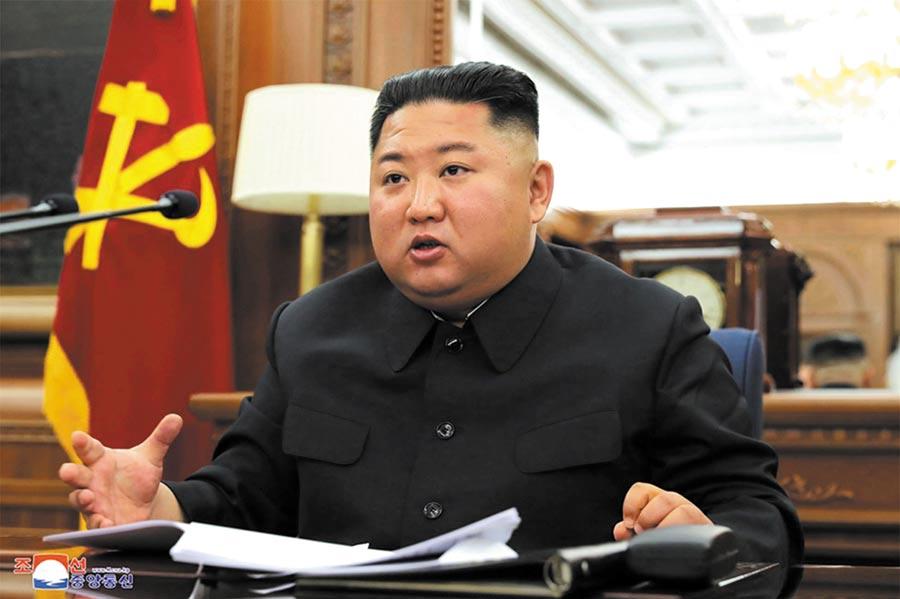 金正恩竟出乎意料公開視察農業建設,更自信強調北韓將「自力更生」發展農業,更要「正面突破」擺脫美國制裁,圖為金正恩。(美聯社)