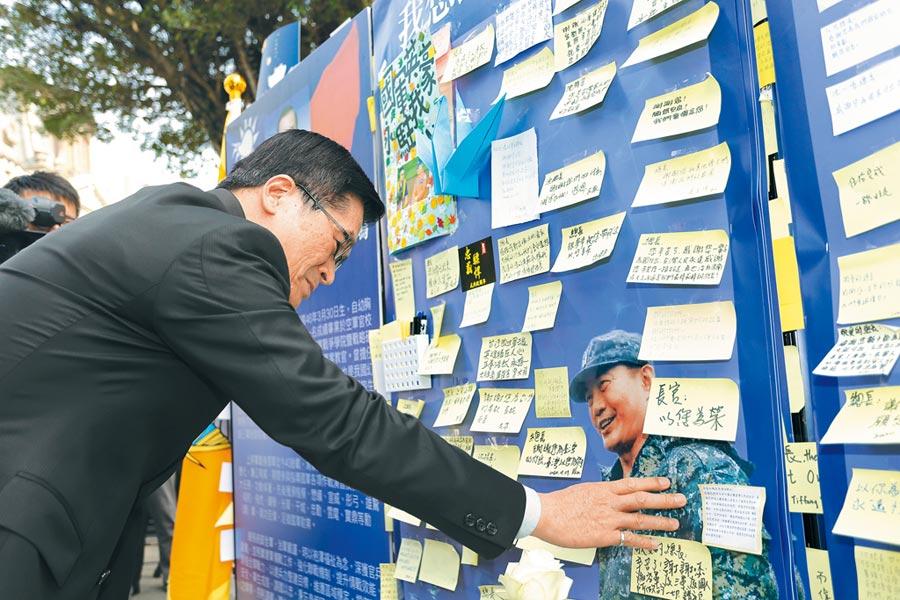 國防部長嚴德發7日前往台北賓館,數度撫摸著沈總長的照片,哽咽訴說內心的不捨與感謝。(軍聞社)