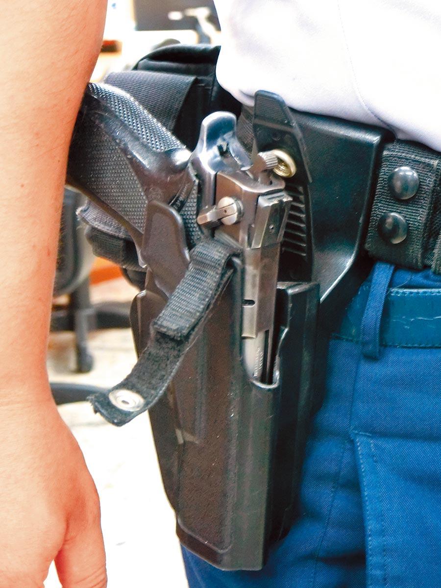 陳姓男子涉嫌搶走警槍。(本報資料照片)