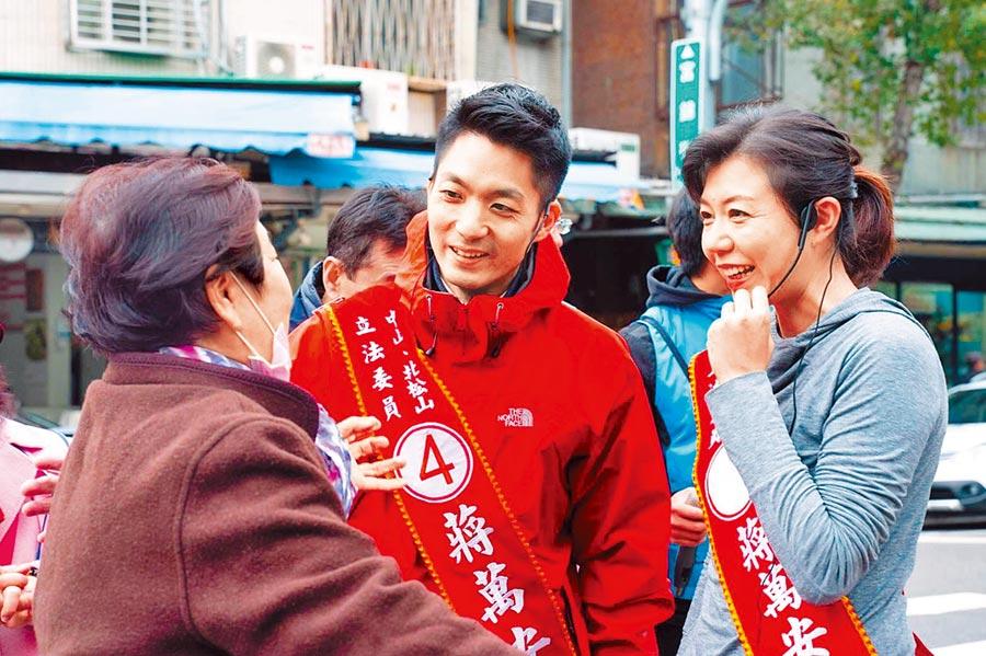 藍委蔣萬安(中)7日上午再度請出妻子石舫亘(右),陪同在選區內掃街拜票。(摘自蔣萬安臉書)