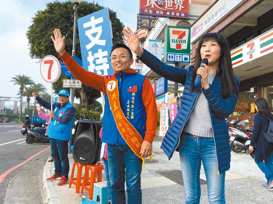 有「林口人的阿姨」之稱的市議員蔡淑君(右)7日上午陪同第一選區立委候選人洪孟楷(左)站街頭拜票。(洪孟楷提供/吳亮賢新北傳真)