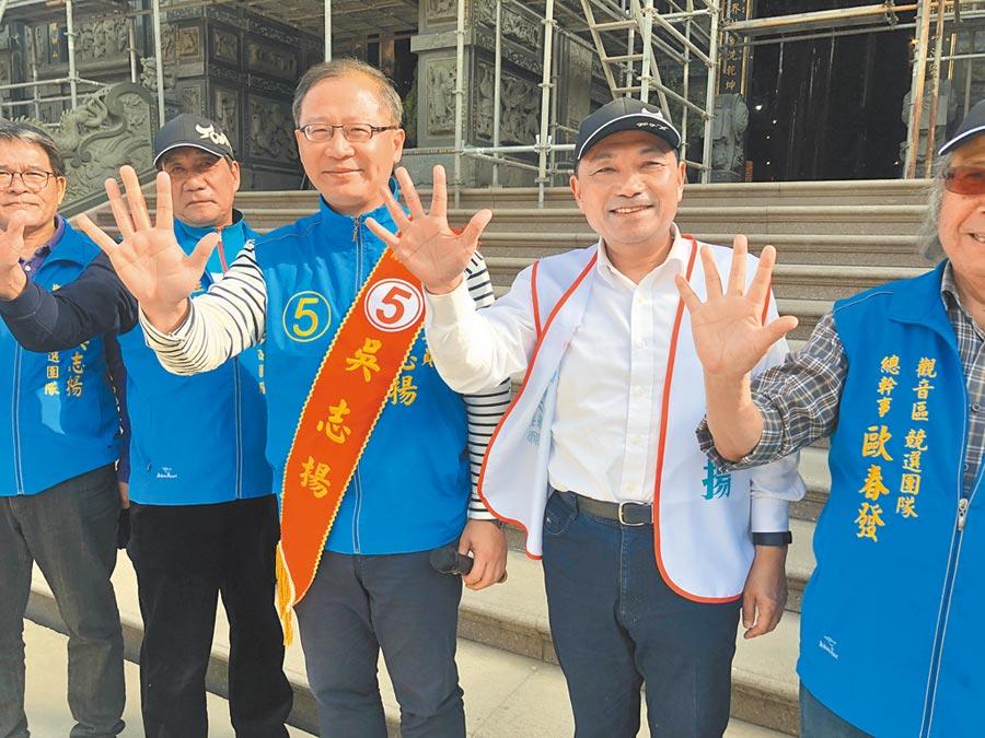 新北市長侯友宜(右)到觀音替吳志揚(右二)站台,兩人並一同掃街拜票。(邱立雅攝)
