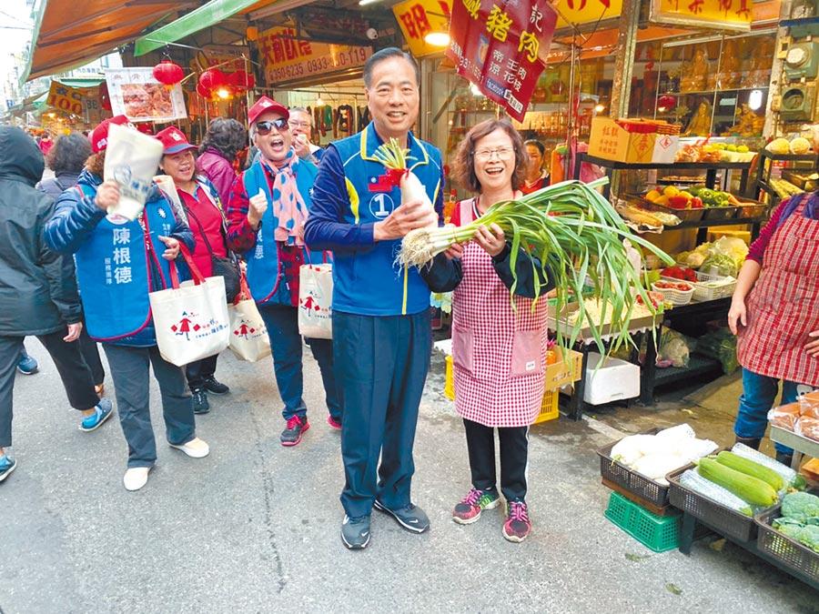 桃園市立委候選人陳根德(右二)7日到中和南路市場掃街拜票,熱情支持者送上白蘿蔔跟蔥,象徵充滿好彩頭。(賴佑維攝)