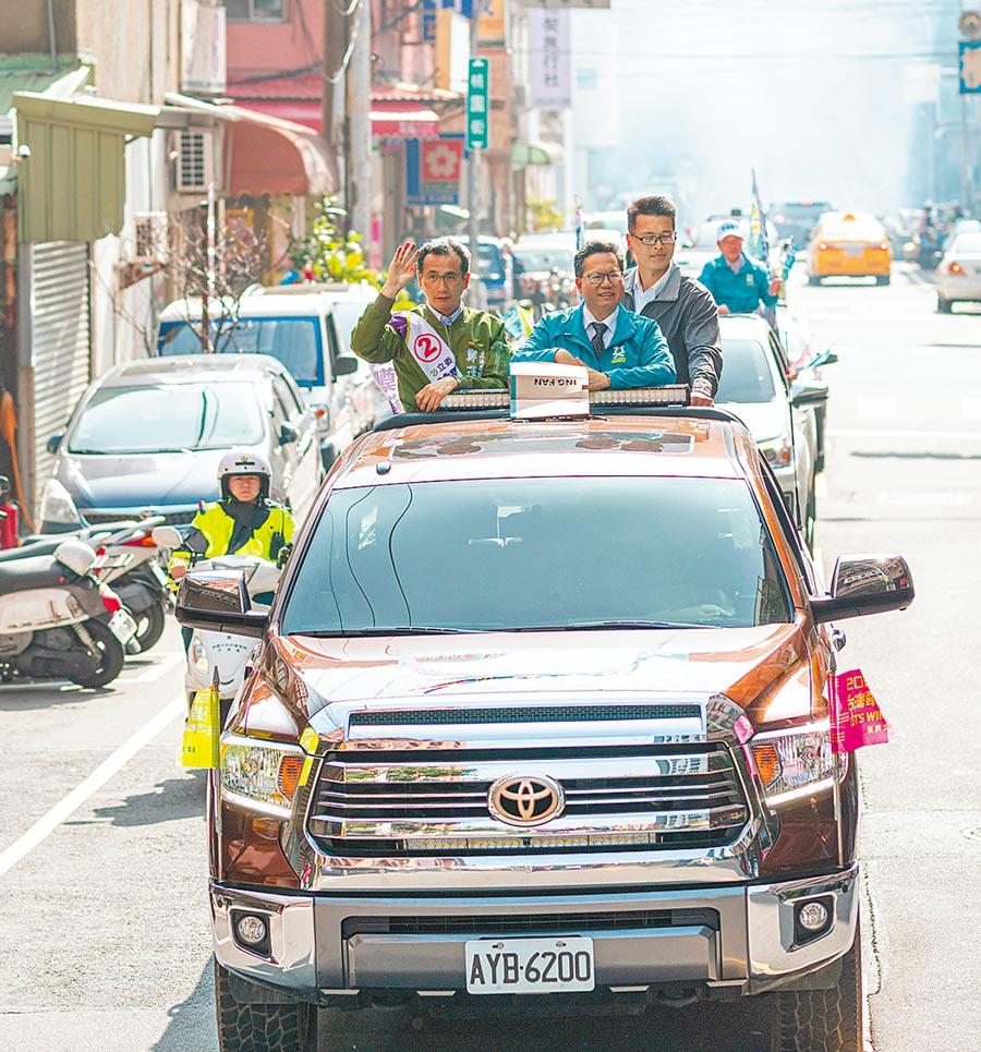 桃園市長鄭文燦(右)陪同桃園市第一選區立委鄭運鵬(左)車隊掃街。(甘嘉雯攝)