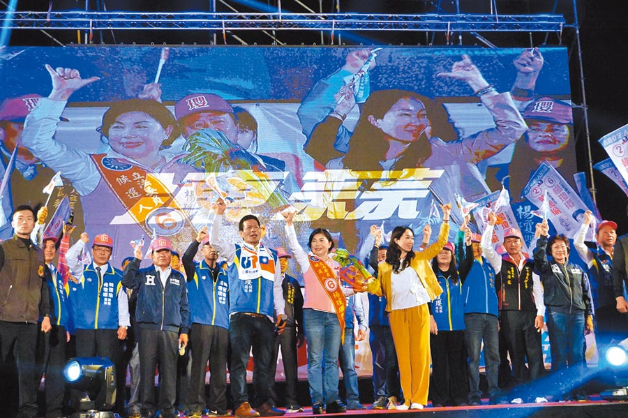 高雄市長夫人李佳芬為楊瓊瓔站台,一同比出「6號」手勢。(王文吉攝)