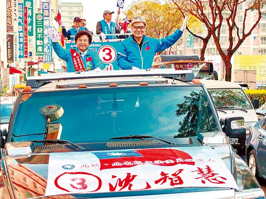 前內政部長李鴻源7日下午也陪同第五選區立委候選人沈智慧進行車隊掃街。(馮惠宜攝)
