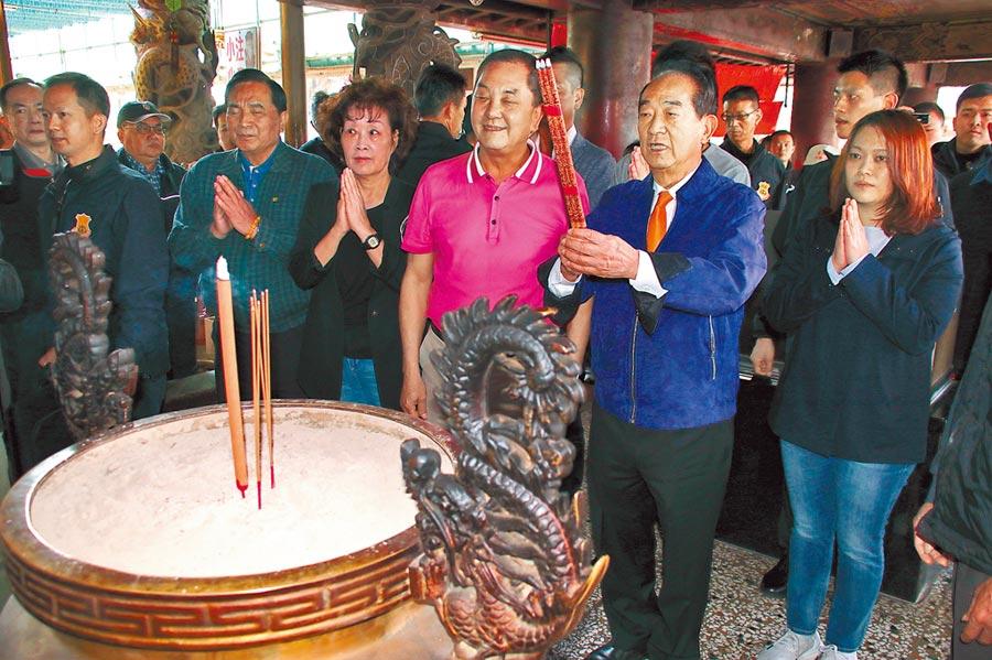 親民黨總統候選人宋楚瑜,7日到紫南宮參拜。(廖志晃攝)