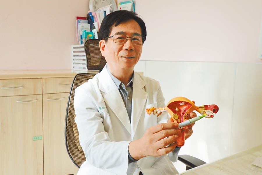 亞大醫院婦產部主治醫師張茂森指出,徐婦因更年期導致體內動情素分泌下降,引發自律神經失調。(林欣儀攝)