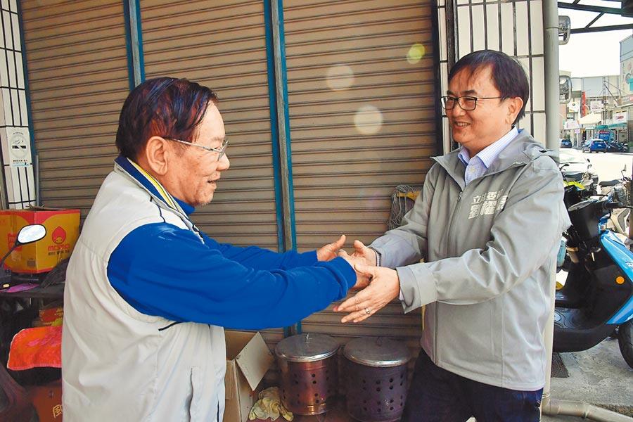民進黨區域立委候選人劉櫂豪(右)喊出下1個4年讓台東更好。(楊漢聲攝)