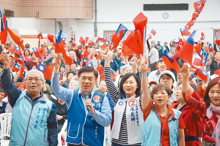 高市第八區立委候選人陳麗娜(中)7日舉辦庶民開講,邀請國民黨副主席郝龍斌(左二)站台。(柯宗緯攝)