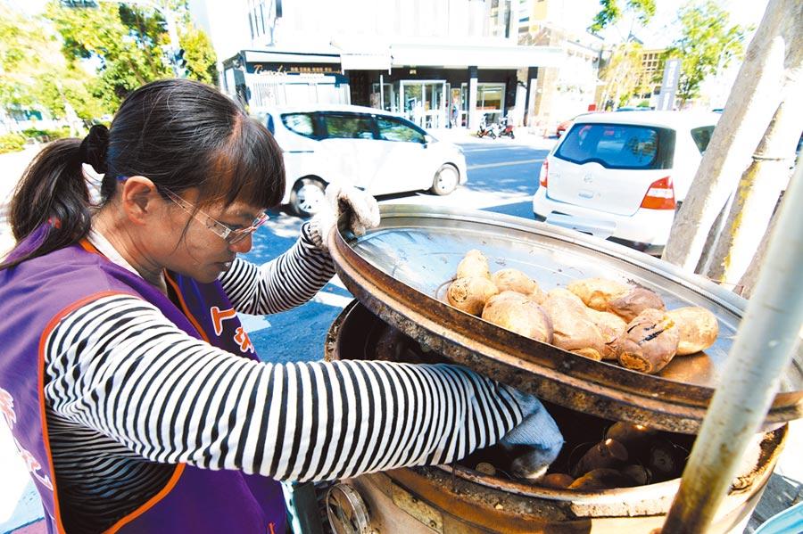 單親地瓜媽在台東鐵花新聚落路旁賣烤地瓜,生活溫飽之餘,捐出1日所得,幫助街友尾牙活動。(莊哲權攝)