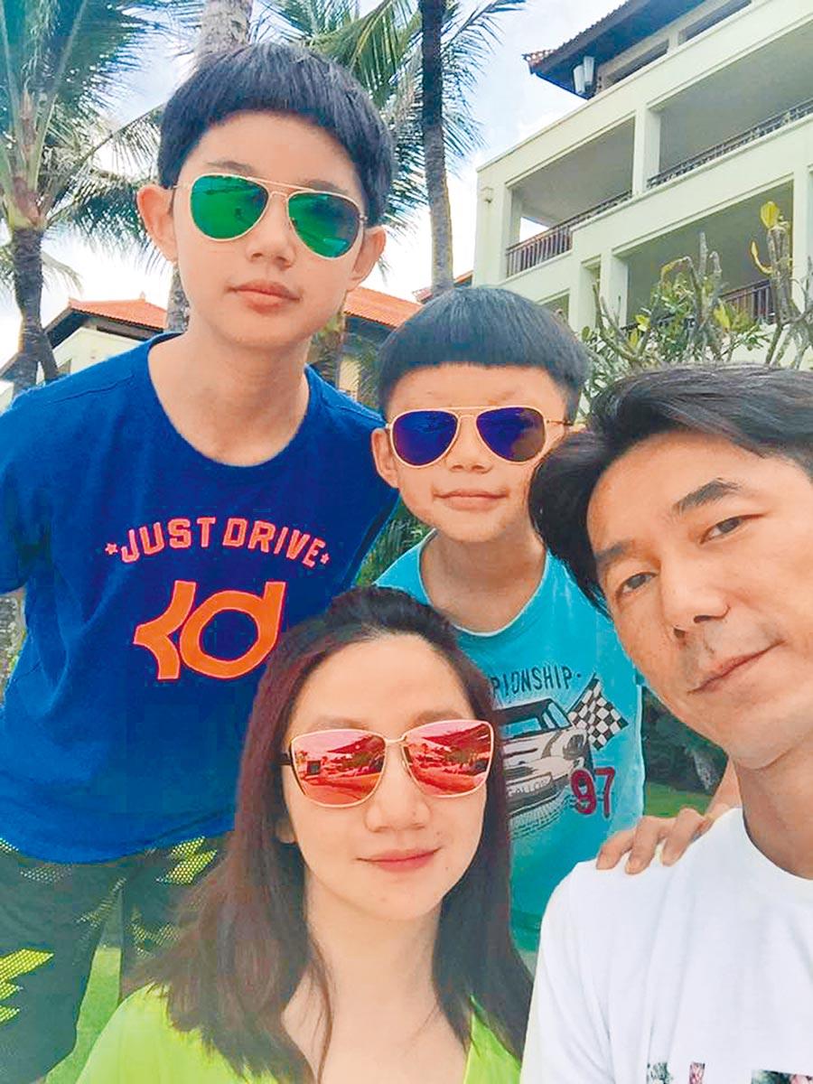 陶晶瑩(前)、李李仁(右)與一雙兒女開心出遊。(摘自陶晶瑩臉書)