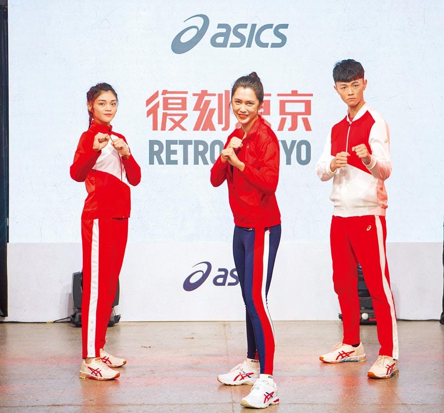劉奕兒(中)出席運動品牌活動,充當一日記者訪問奧運國手們。(台灣亞瑟士提供)