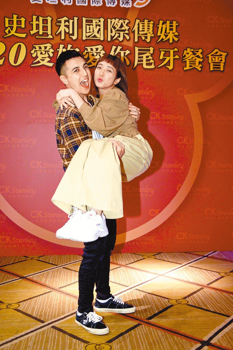 曾之余(左)、梁舒涵在《女力報到小資女上班記》飾演恩愛小夫妻,出席尾牙宴成為焦點。(史坦利提供)