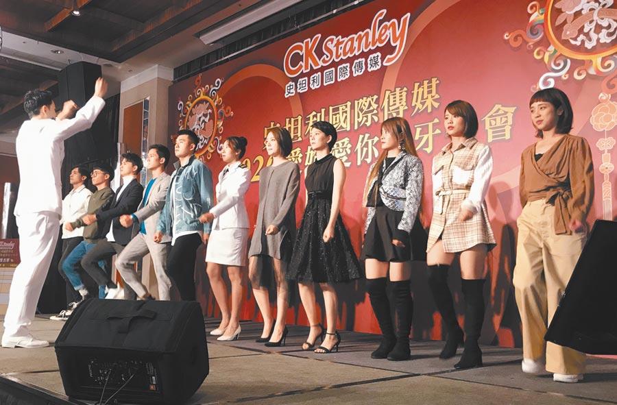 《女兵日記》「17連」演員們上台唱軍歌獻給已故的沈一鳴將軍。(林淑娟攝)