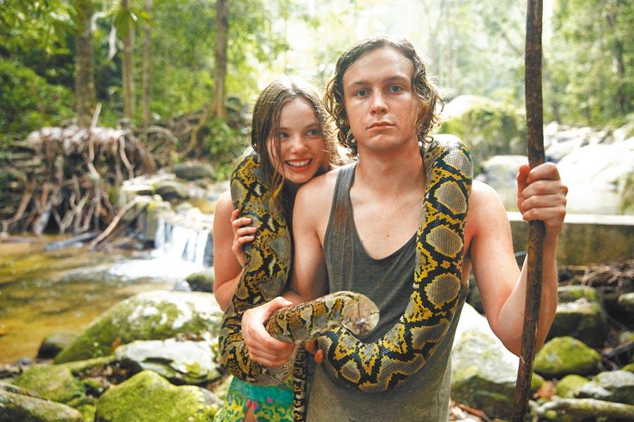 克莉絲汀弗洛賽斯(左)抓著羅根米勒與蟒蛇合照。(華映娛樂提供)