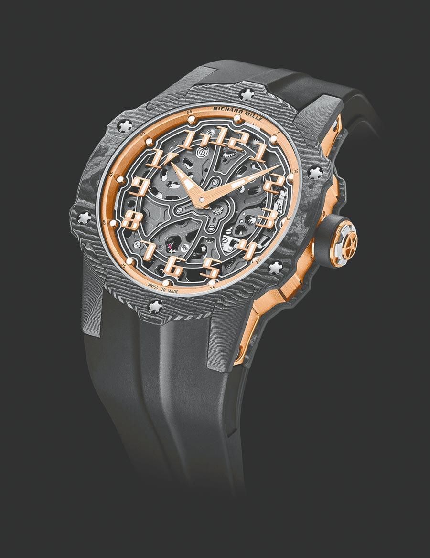 RM33-02腕表是RICHARD MILLE首款採用TPT  碳纖維打造的圓形自動上鍊腕表,限量140只。(RICHARD MILLE提供)