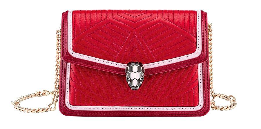 BVLGARI Serpenti Diamond Blast紅寶石色小牛皮迷你肩背包,6萬2500元。(寶格麗提供)