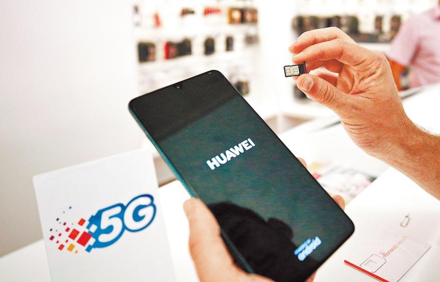 2019年7月23日,工作人員在摩納哥電信公司營業廳,準備用華為智慧手機展示5G網路。(新華社)