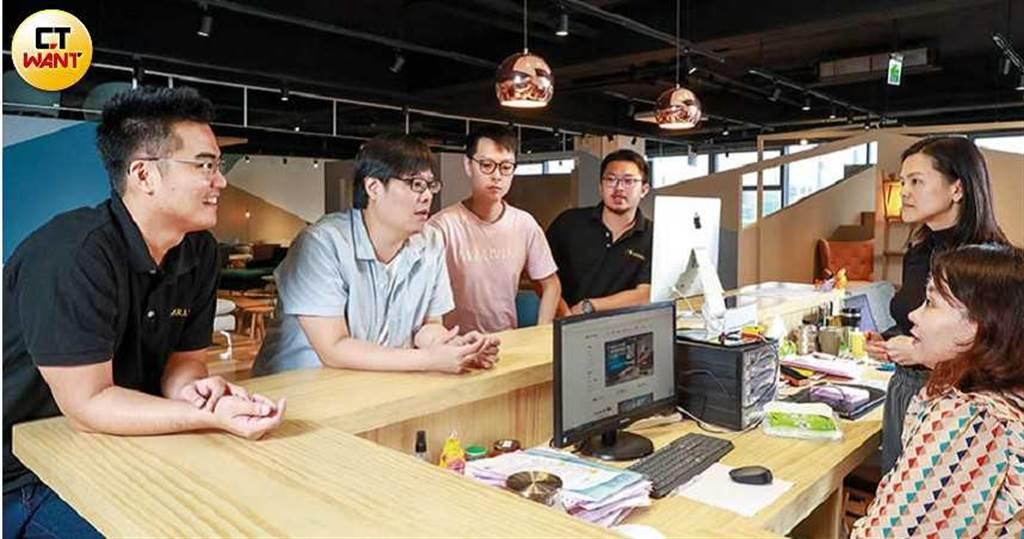 「F4」和員工一起開會,了解展示店會遇到什麼問題,互相討論提出建議。(圖/馬景平攝)