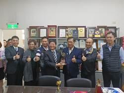 嵩贊榮獲國家職業安全衛生獎 林明溱頒恭賀獎牌
