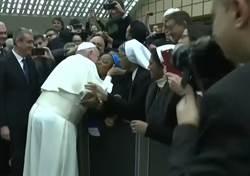 修女索吻祝福 教宗幽默回應