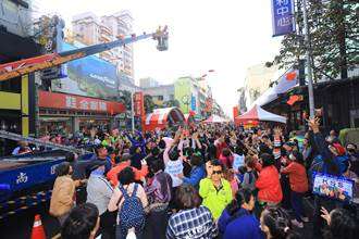 天津年貨大街登場紅包從天降吸人潮