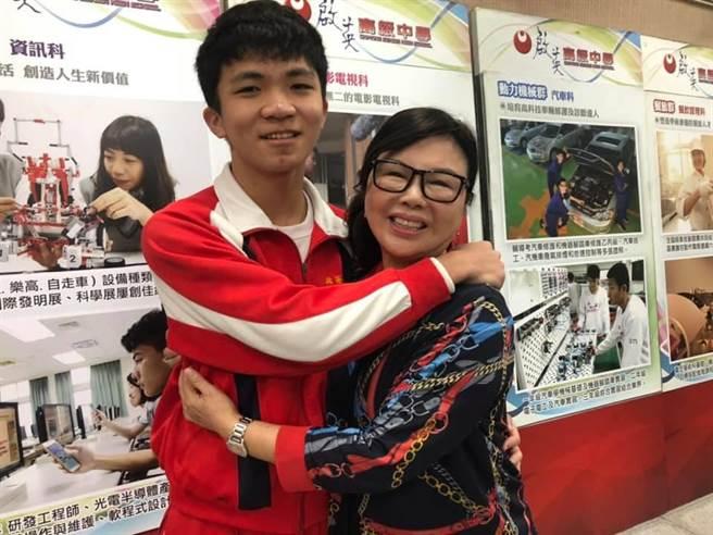 啟英高中董事長王美只(右)連13年頒發寒冬送暖獎助學金。(呂筱蟬攝)