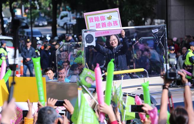蔡英文總統高舉「我陪你一起養小孩」標語,受到支持者熱情歡迎。(黃世麒攝)