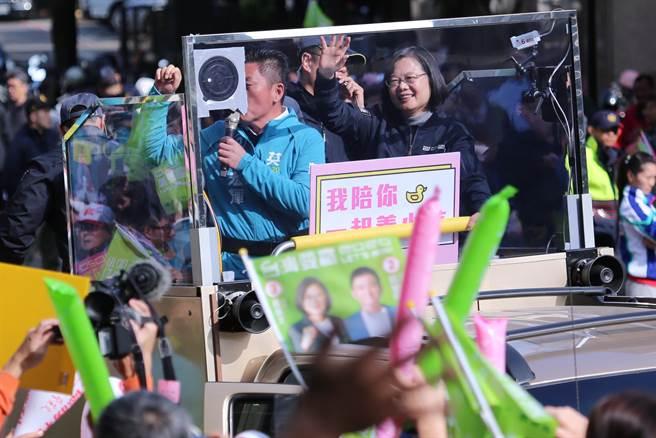 蔡英文總統(右)上午陪同新竹市立委候選人鄭宏輝(左)一同車隊掃街。(黃世麒攝)