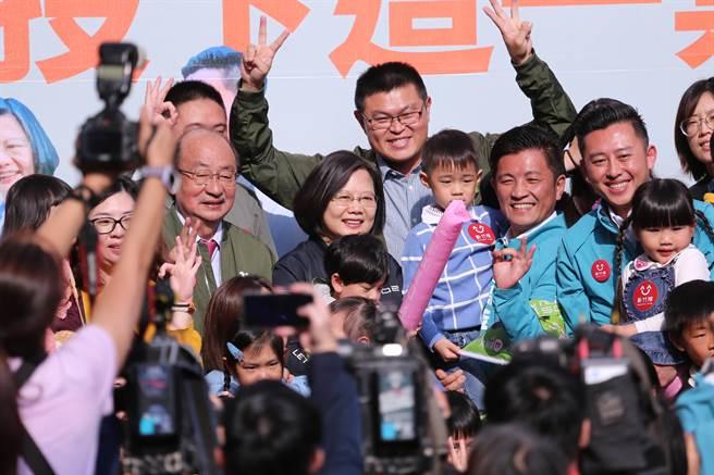 蔡英文總統(中)抱起小朋友合影。(黃世麒攝)